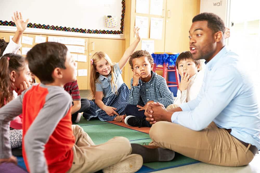 teacher-giving-students-feedback-in-classroom