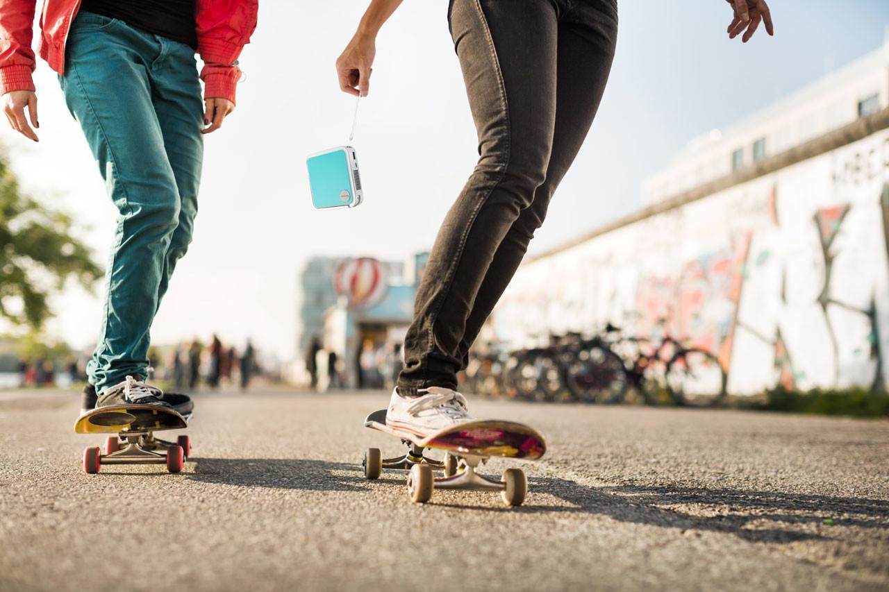 ViewSonic Projector in hand van skater